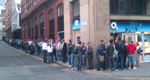 o2-manchester-iphone4-queue