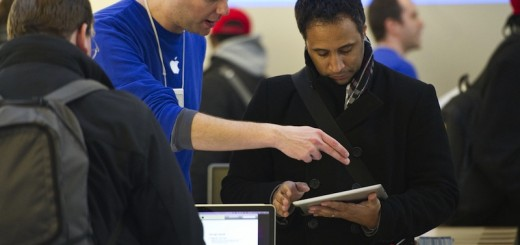 Apple employee helps customer with iPad 2 in Chicago