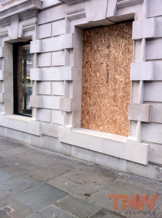 tnw1 520x696 Apples Covent Garden store hit by 7 strong motorbike gang targeting iPads