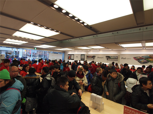 swfupload4d21524d2c602 Apples New Year lucky bags lure thousands to its Stores in Japan