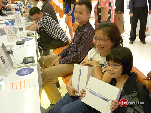 apple ipad singapore2 Queues and midnight launches as Apples new iPad goes on sale in Australia, Japan and Singapore