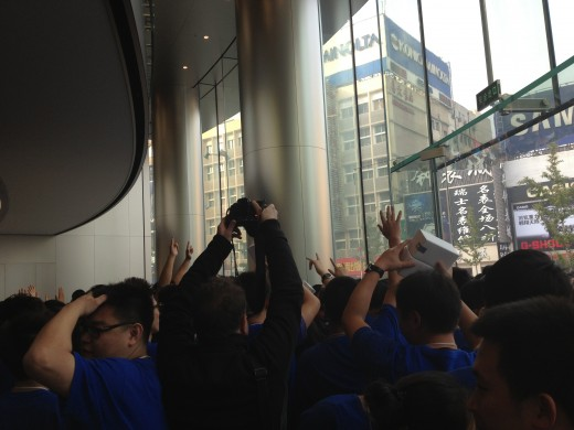 photo 5 520x390 Apple opens new Wangfujing, China store to massive crowd