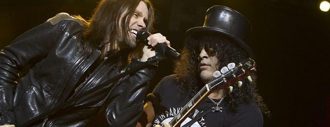 Former Guns 'n Roses guitarist Slash (R) performs during a concert with Myles Kennedy (L) and the Conspirators in the Heineken Musical Hall in Amsterdam on June 10, 2012.  AFP PHOTO/ ANP / PAUL BERGEN netherlands out - belgium out        (Photo credit should read PAUL BERGEN/AFP/GettyImages)