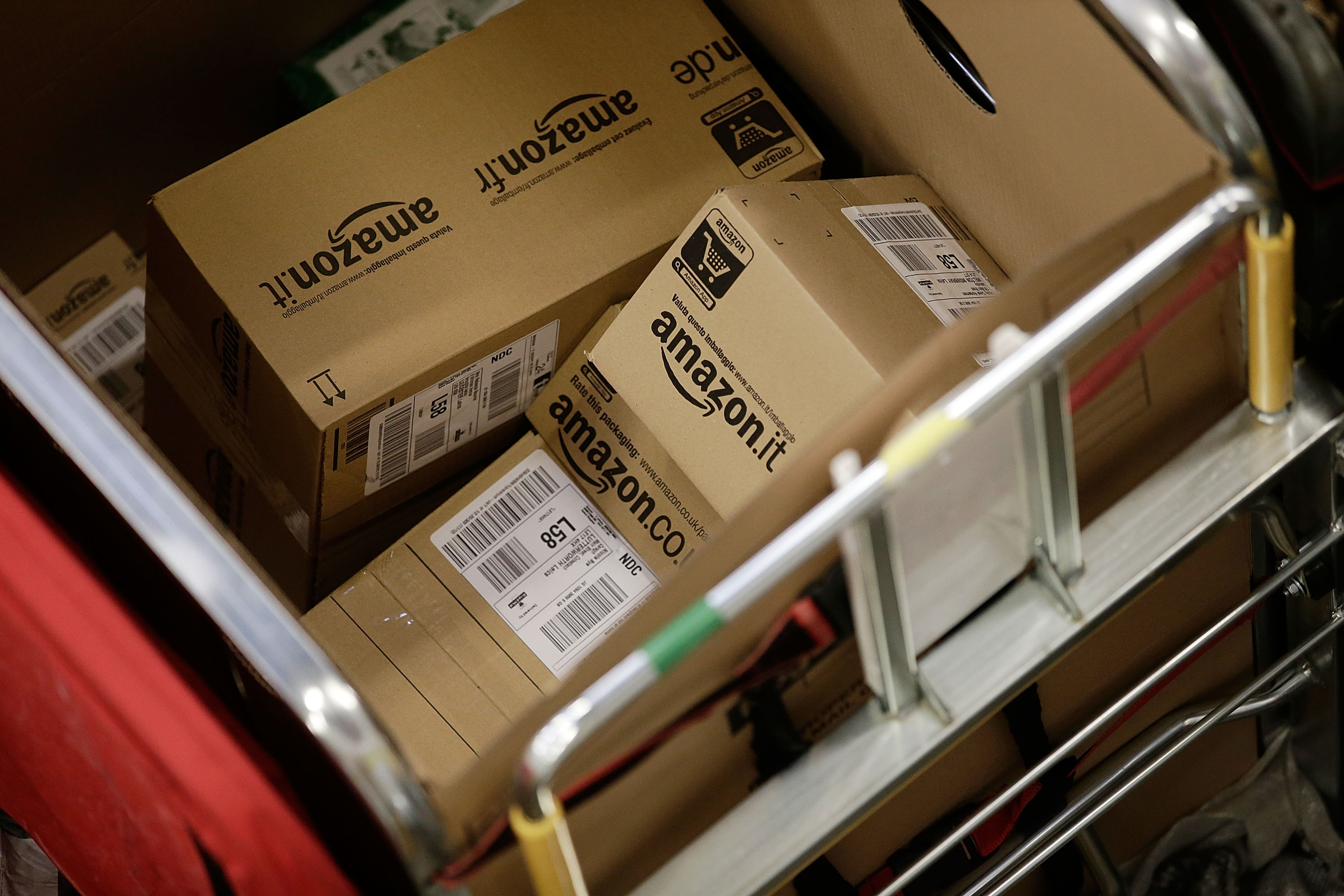Amazon giving out $20 gift cards to those affected by Christmas delivery mishap from UPS and FedEx
